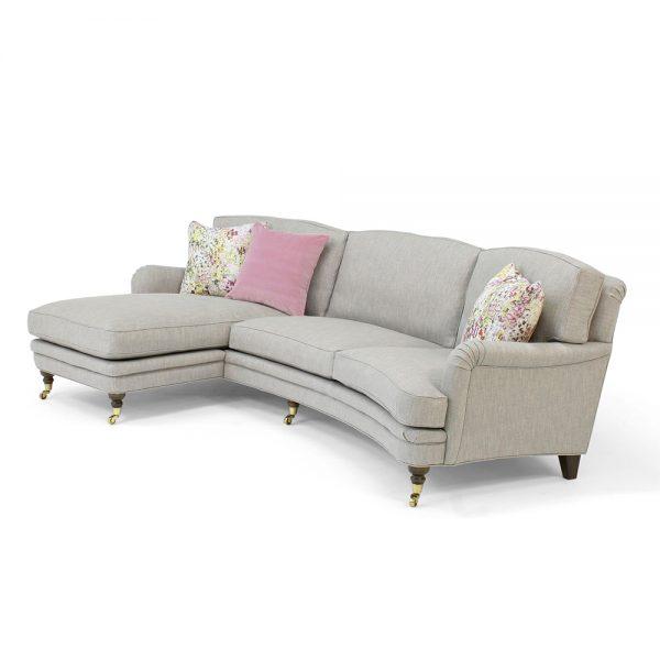 Julia svängd soffa med divan. Design: Norell Möbel.